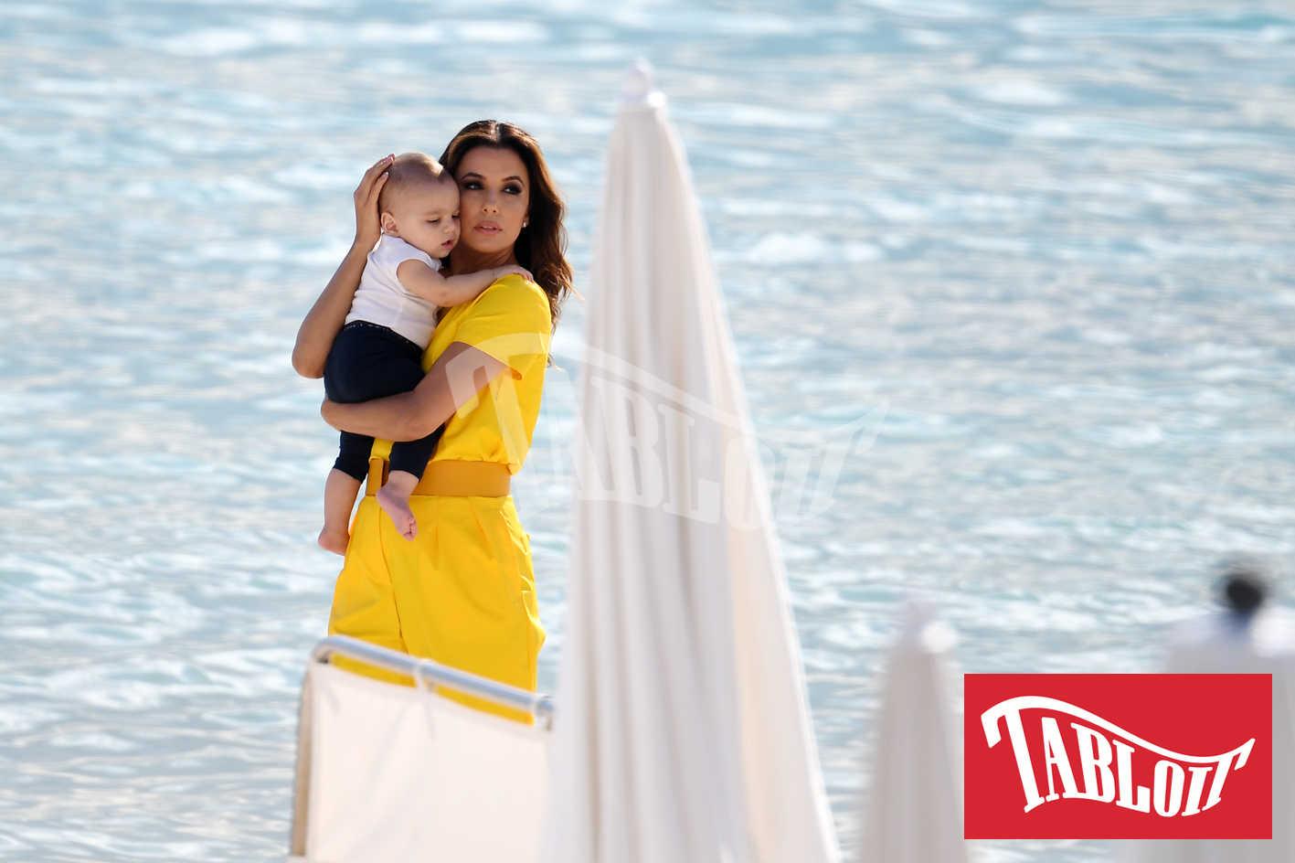 Eva Longoria con il figlio sulla spiaggia di Cannes