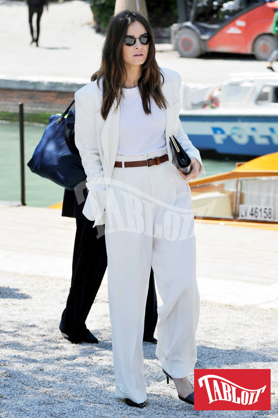 Kasia Smutniak, elegante in completo total white a venezia