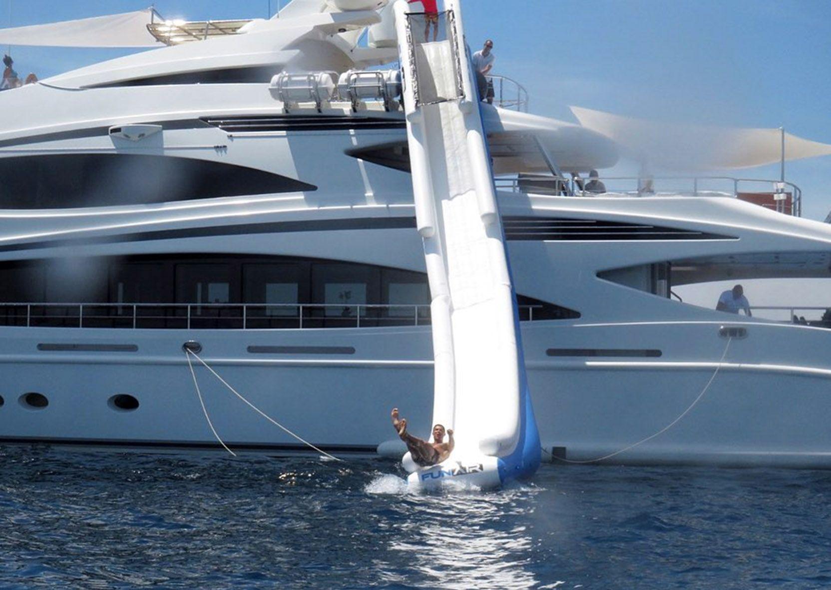 Cristiano Ronaldo mentre si lancia dallo scivolo dello yacht