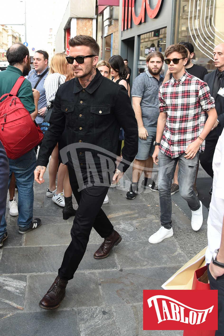 David Beckham e il figlio Romeo escono dal negozio Douglas di Milano