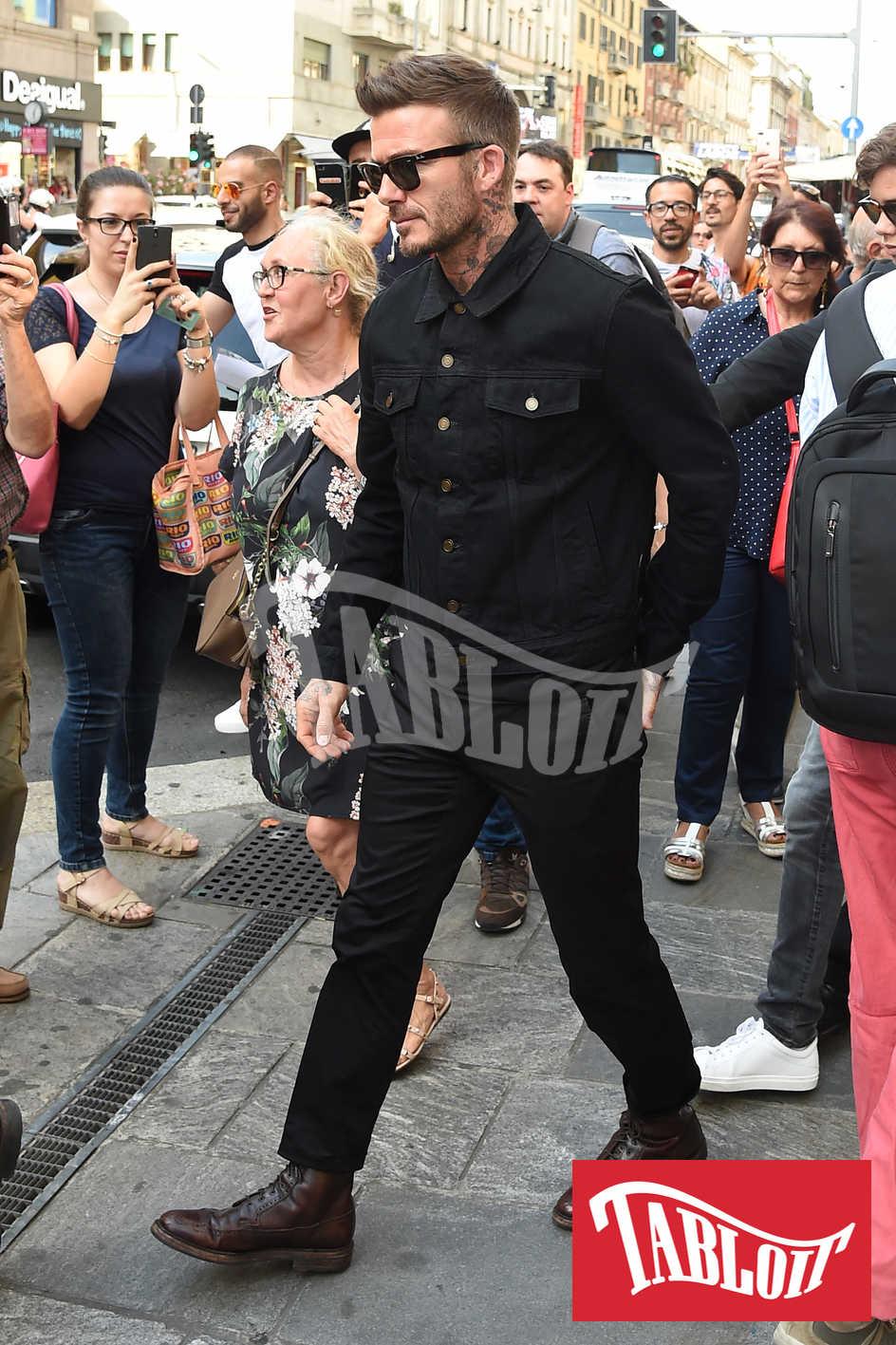 Total look nero per David Beckham a Milano