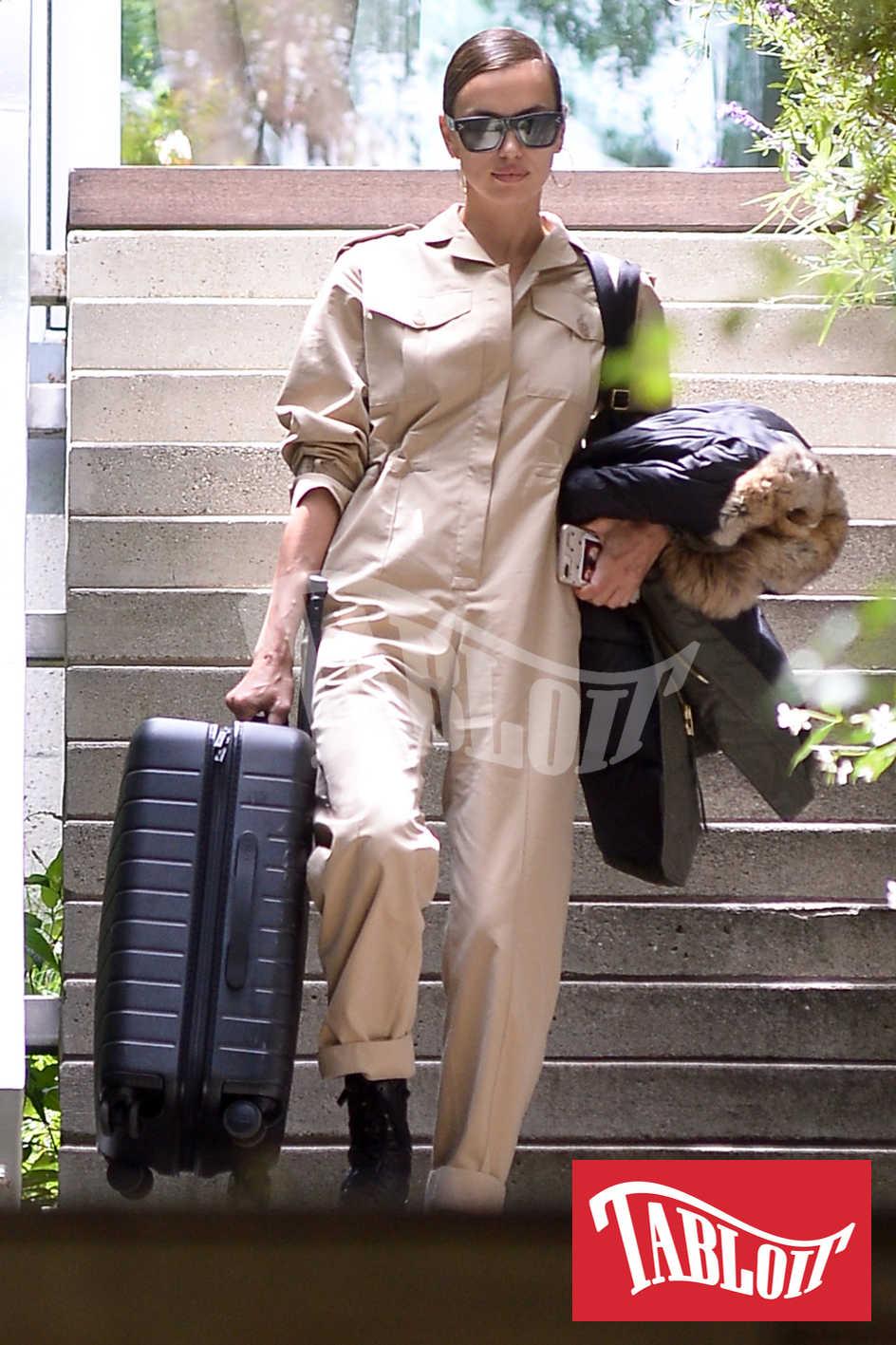 Irina Shayk mentre lascia la casa che condivideva con Bradley Cooper con una valigia