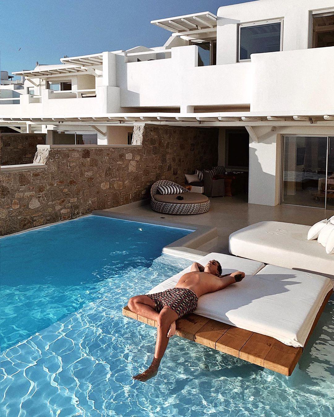 Oscar Branzani si rilassa all'hotel Cavo Tagoo di Mykonos