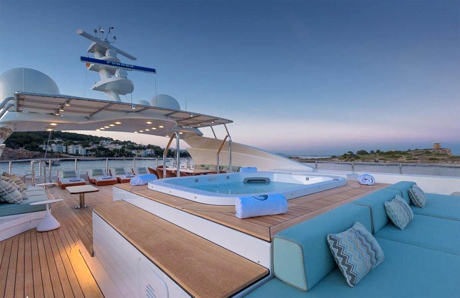 La vasca idromassaggio sullo yacht Africa
