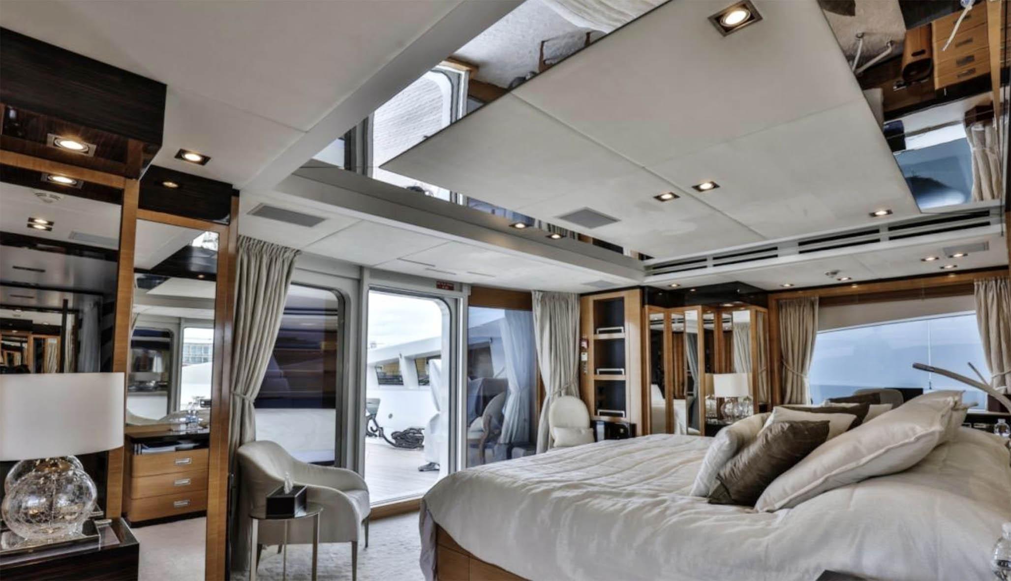 Una delle camere da letto dello yacht