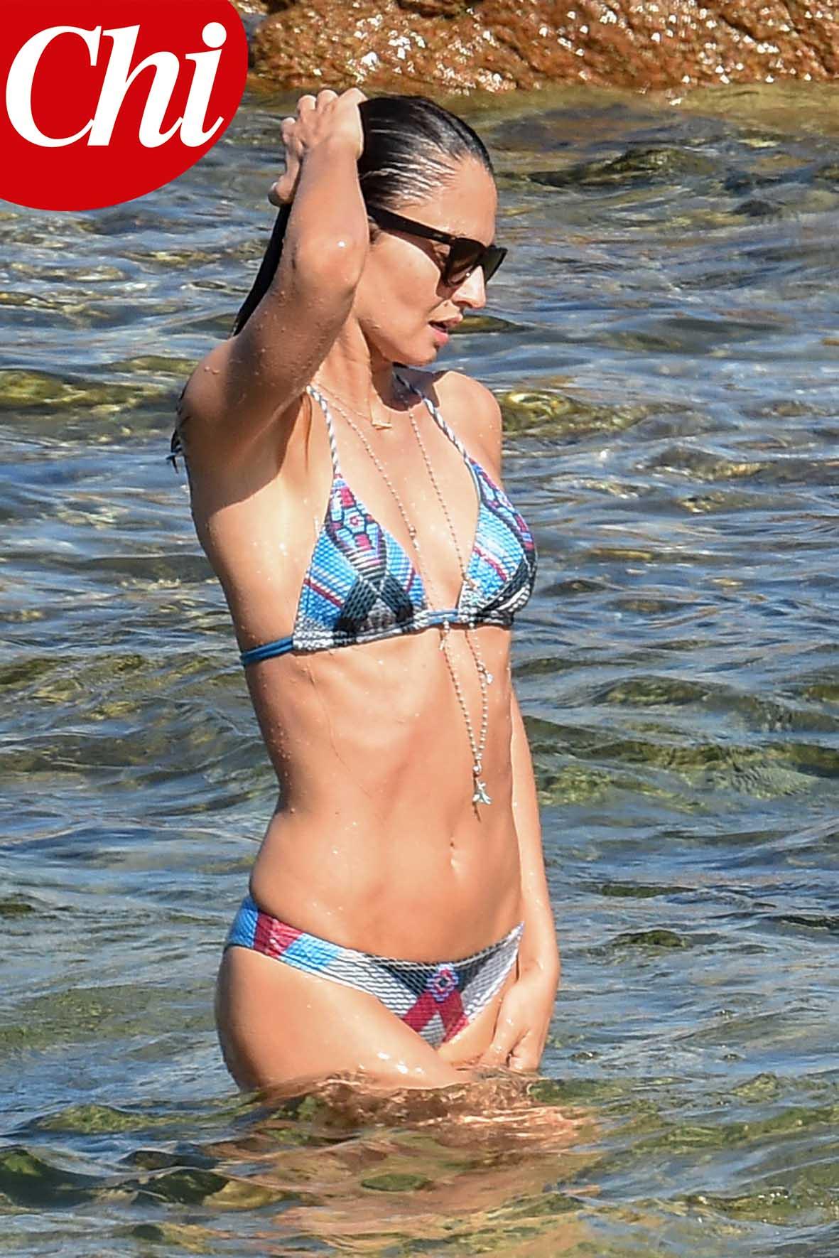 Anna Safroncik in bikini durante un bagno in mare