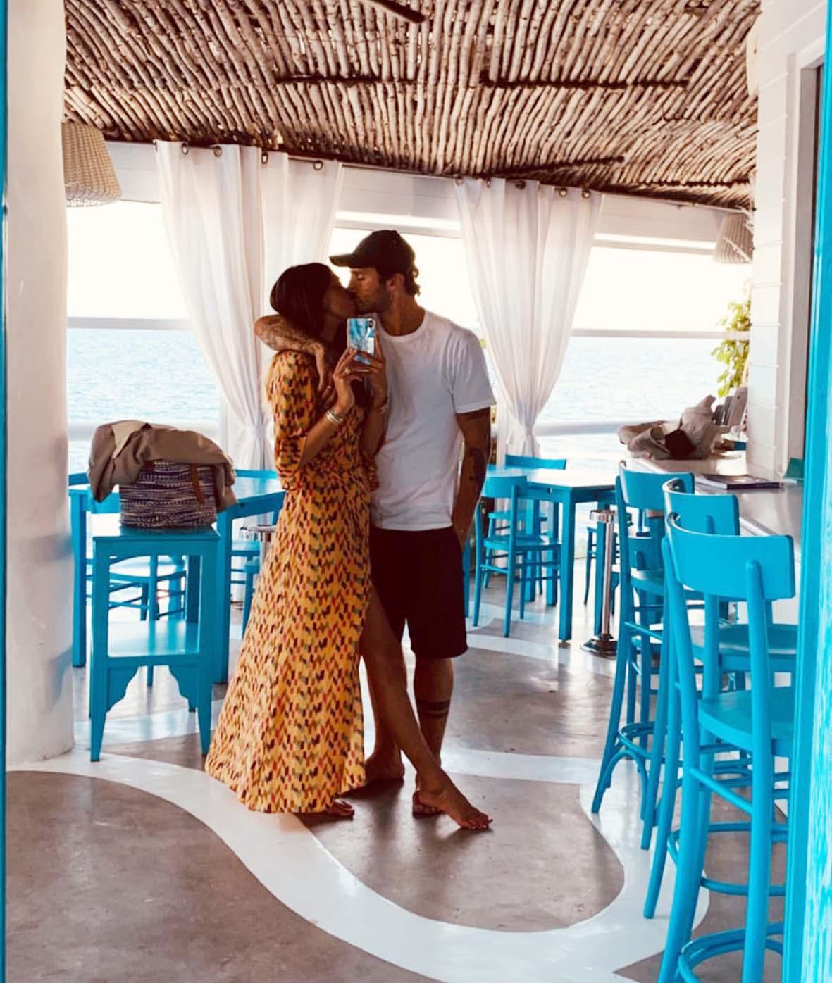 Belen Rodriguez e Stefano De Martino si baciano al ristorante