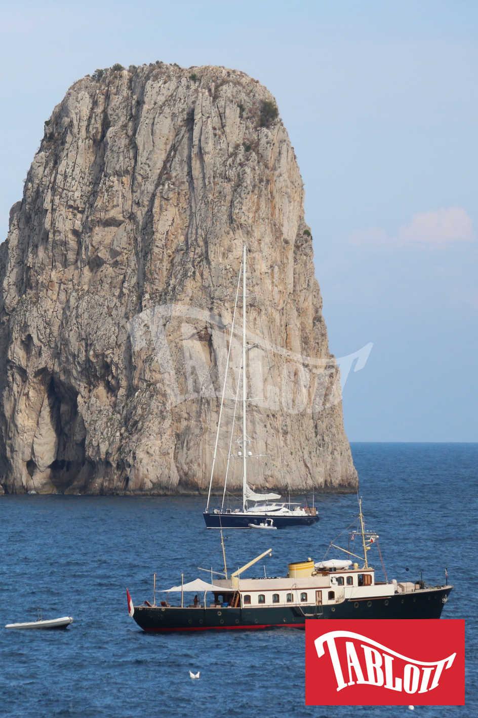 Lo yacht Pacha III davanti ai faraglioni di Capri