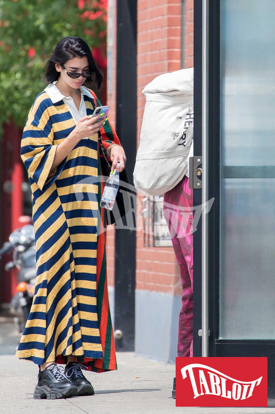 Dua Lipa e Anwar Hadid mentre entrano insieme in un appartamento di New York