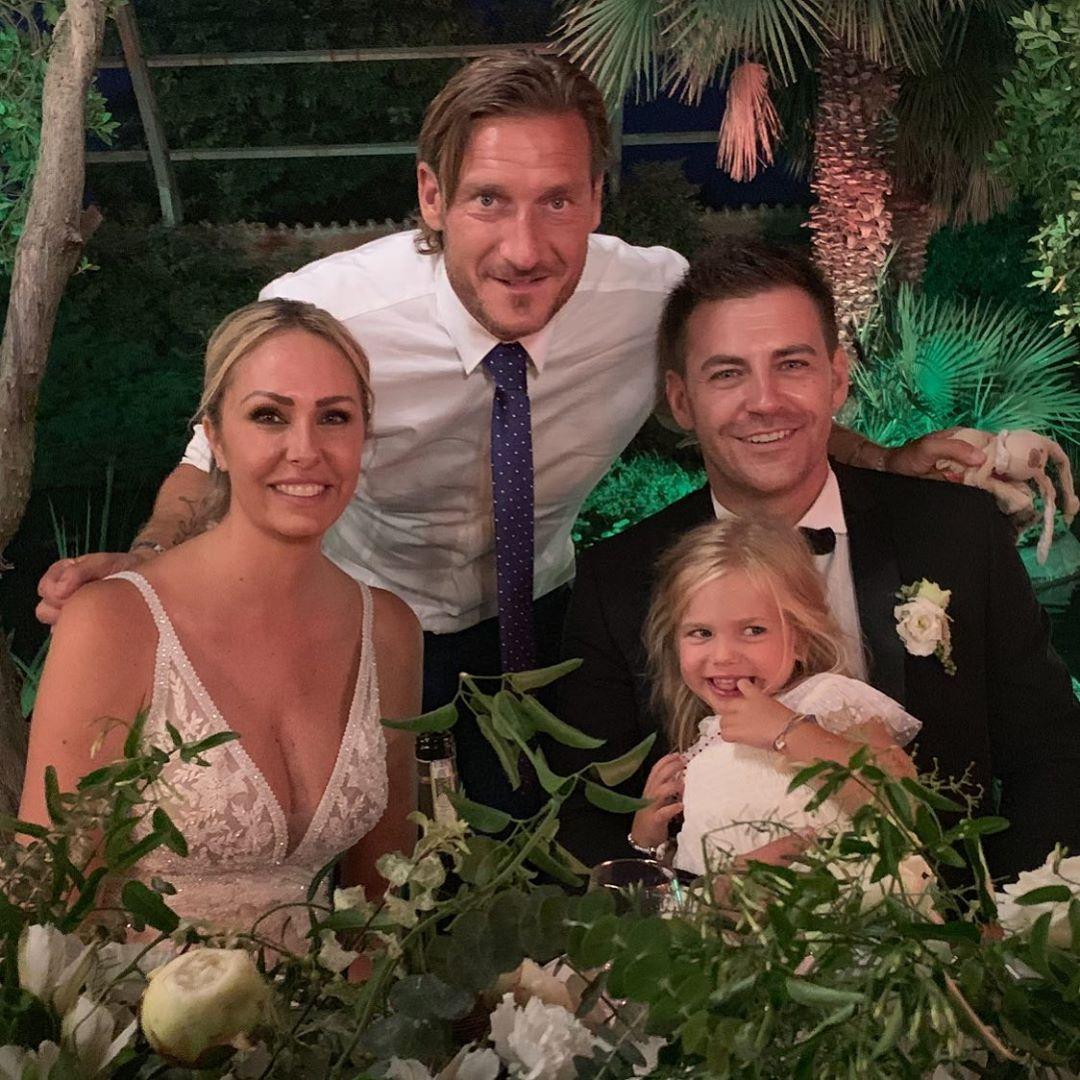 Francesco Totti e la figlia Isabel dopo la cerimonia insieme agli sposi