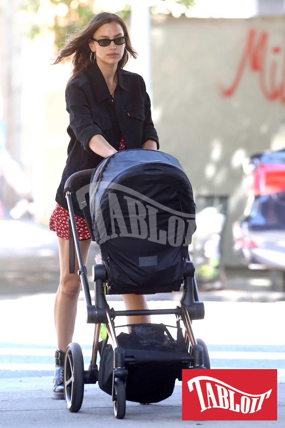 Irina Shayk spinge la carrozzina durante un'uscita per le strade di New York