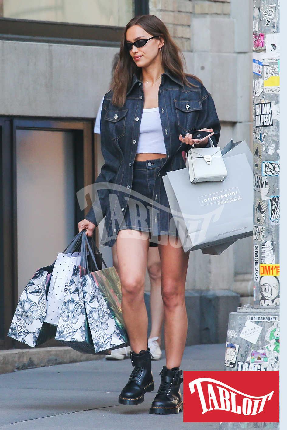 Irina Shayk carica di borse dopo lo shopping da Intimissimi e Falconeri