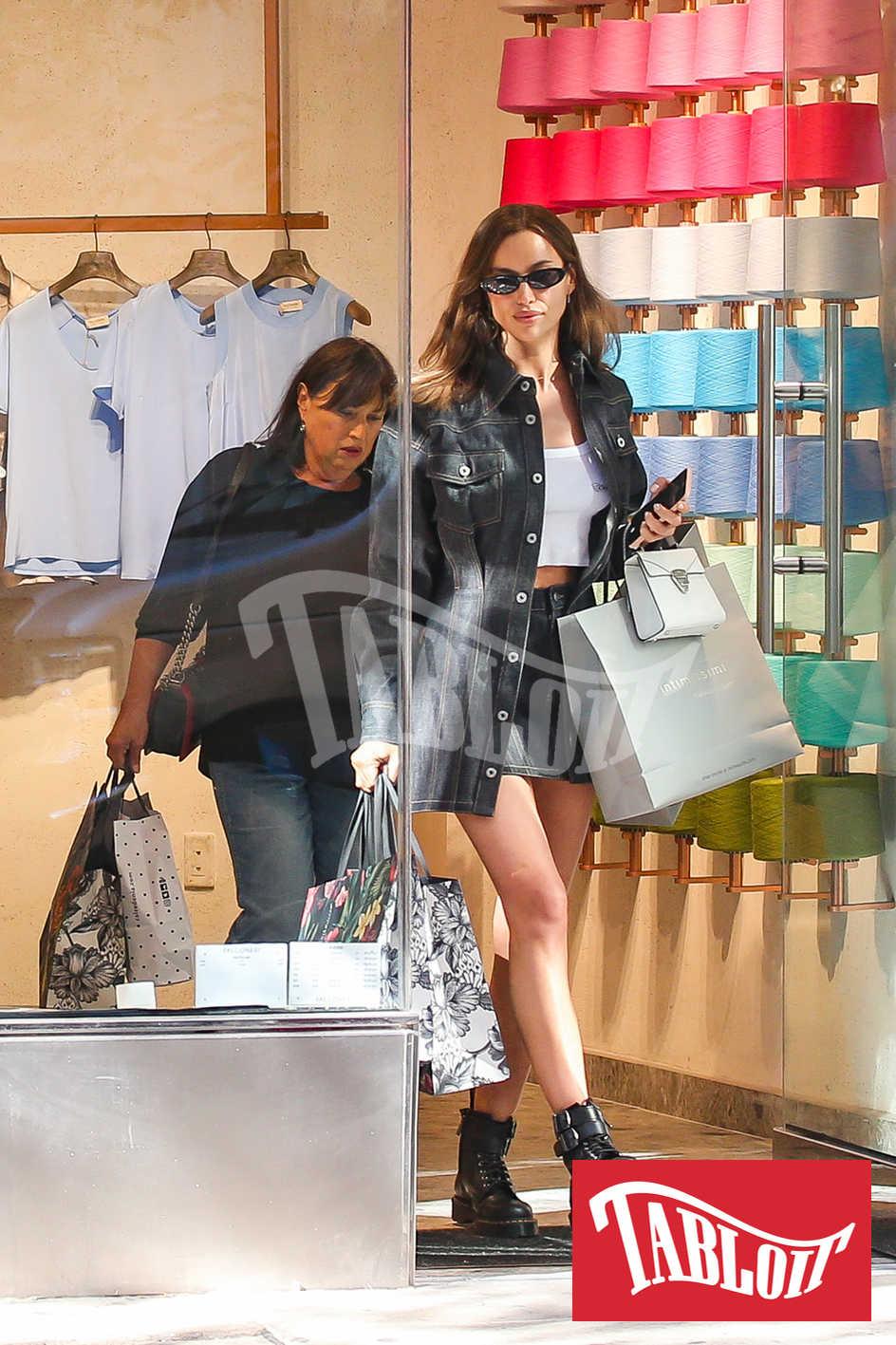 Irina Shayk insieme alla madre Olga mentre escono dallo store di Falconeri