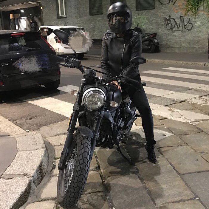 Malika Ayane versione motociclista