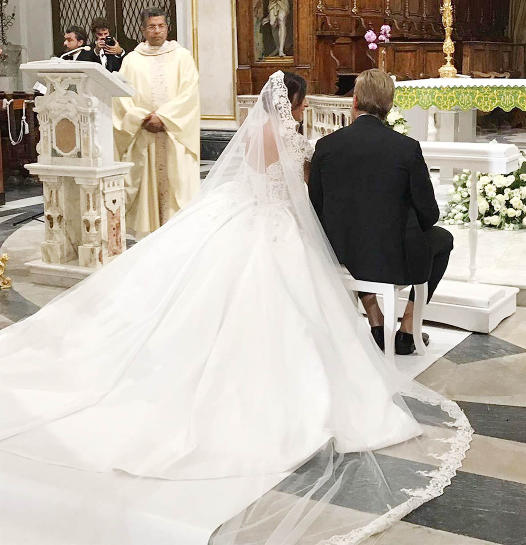 Susanna Petrone e Marco Cipriano durante la cerimonia di nozze in chiesa