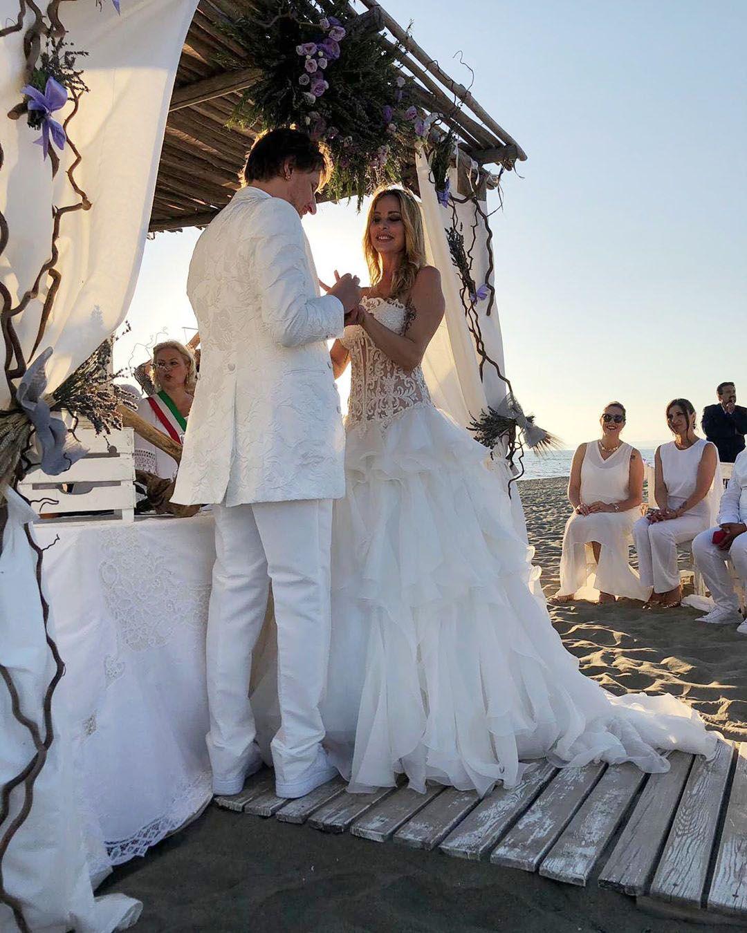 Stefania Orlando eSimone Gianlorenzidurante la cerimonia di nozze