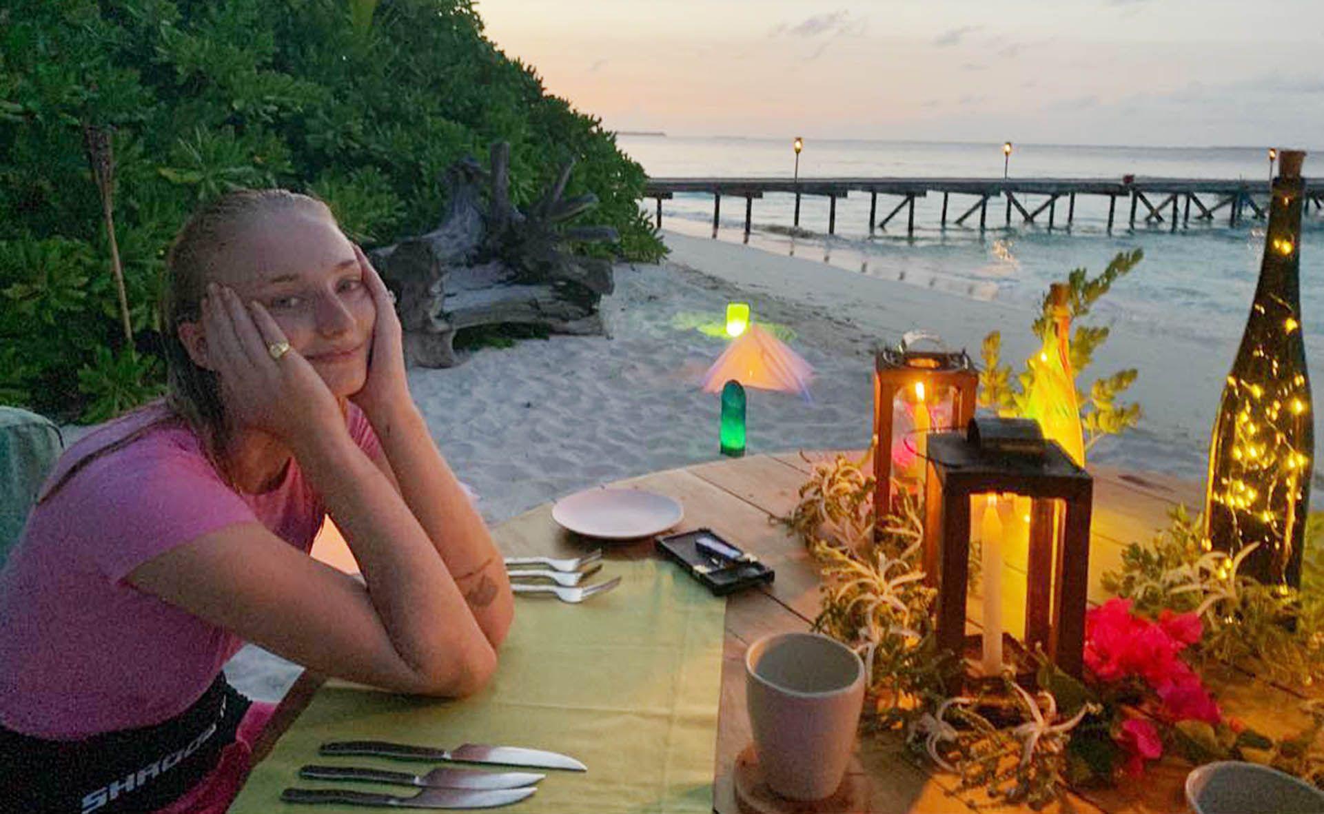 Sophie Turner durante una romantica cena sulla spiaggia