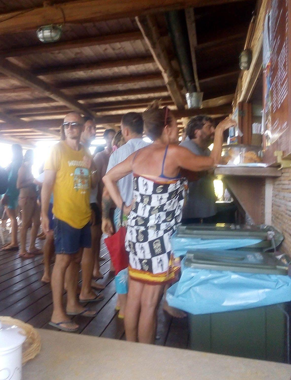 Francesco Totti in coda al bar durante le vacanze a Sabaudia