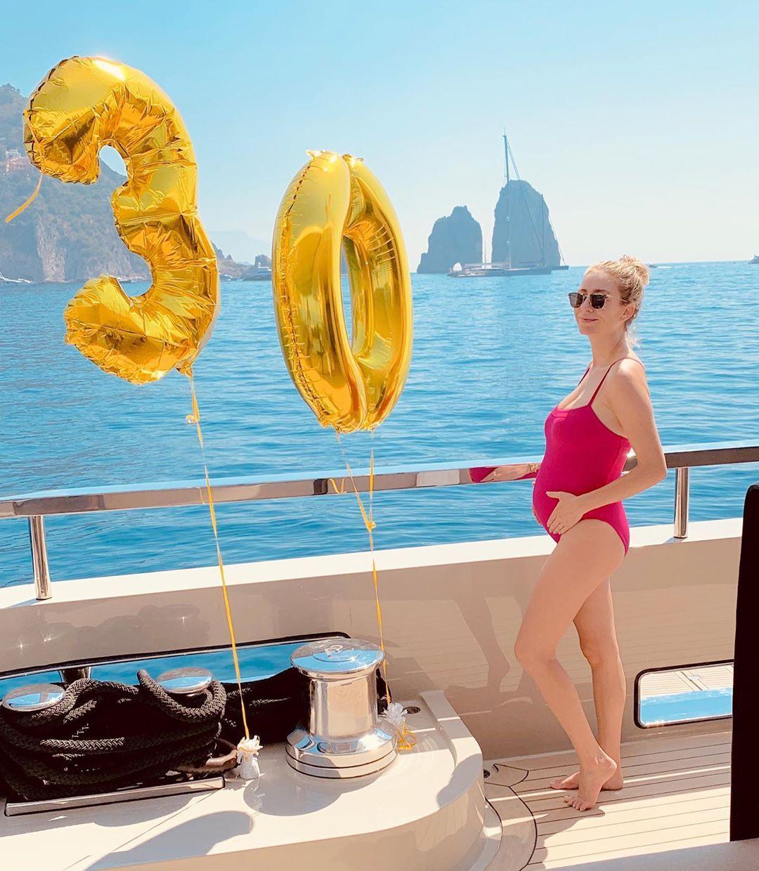 Whitney Wolfe sullo yacht durante la vacanza a Capri