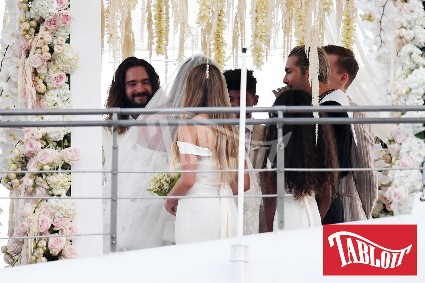 Heidi Klum e Tom Kaulitz durante la cerimonia sullo yacht Christina O