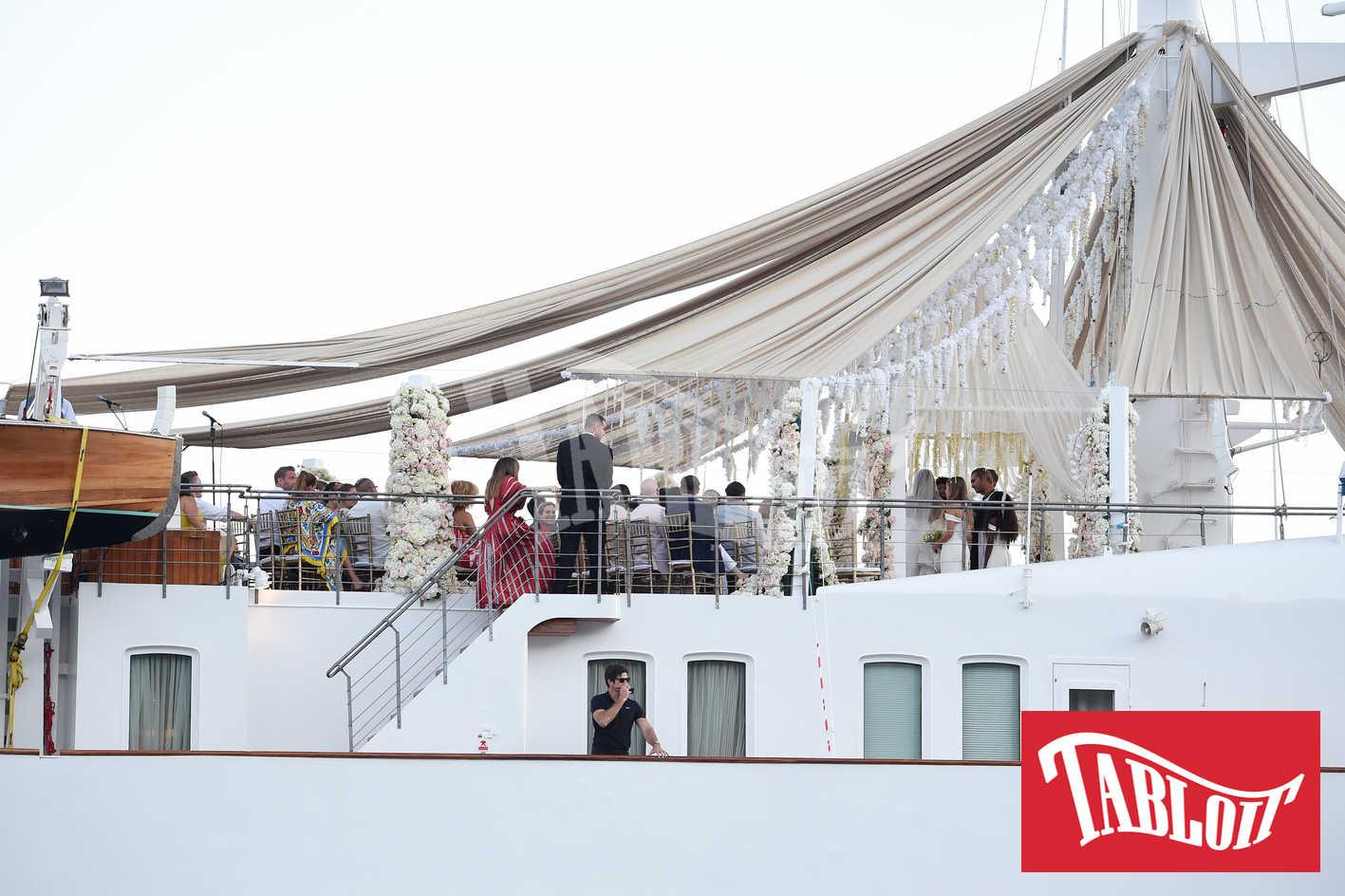 Una panoramica della cerimonia di nozze sullo yacht Christina O