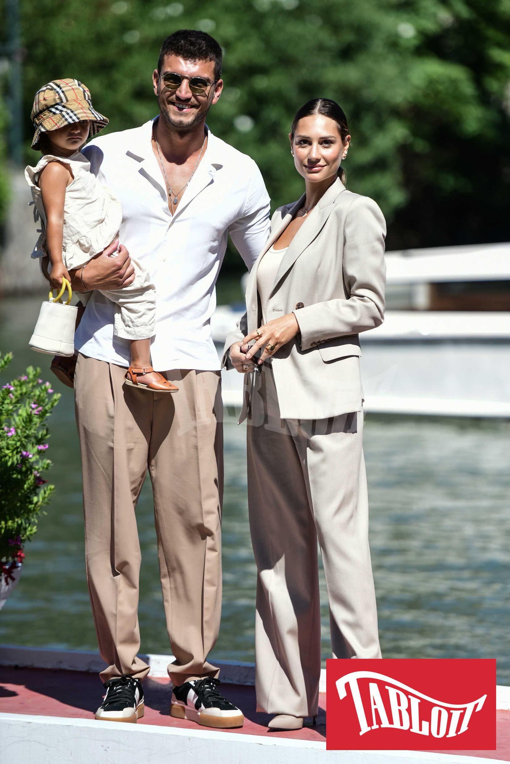 Marco Fantini e Beatrice Valli con la figlia Bianca durante l'ultima edizione del Festival del Cinema di Venezia