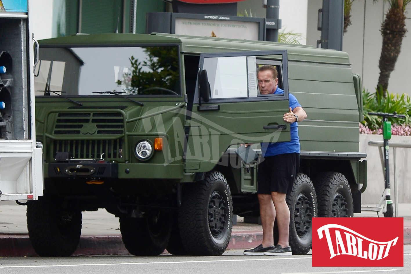 Arnold Schwarzenegger camion militare verde