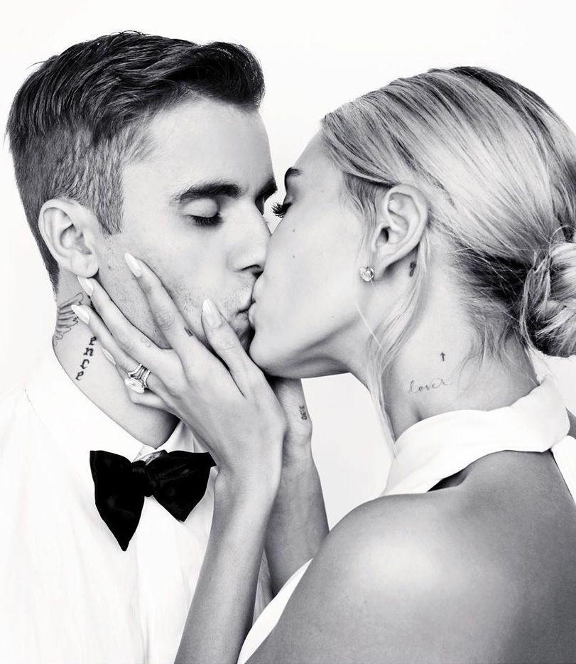 Justin Bieber e Hailey Baldwin si baciano durante le nozze