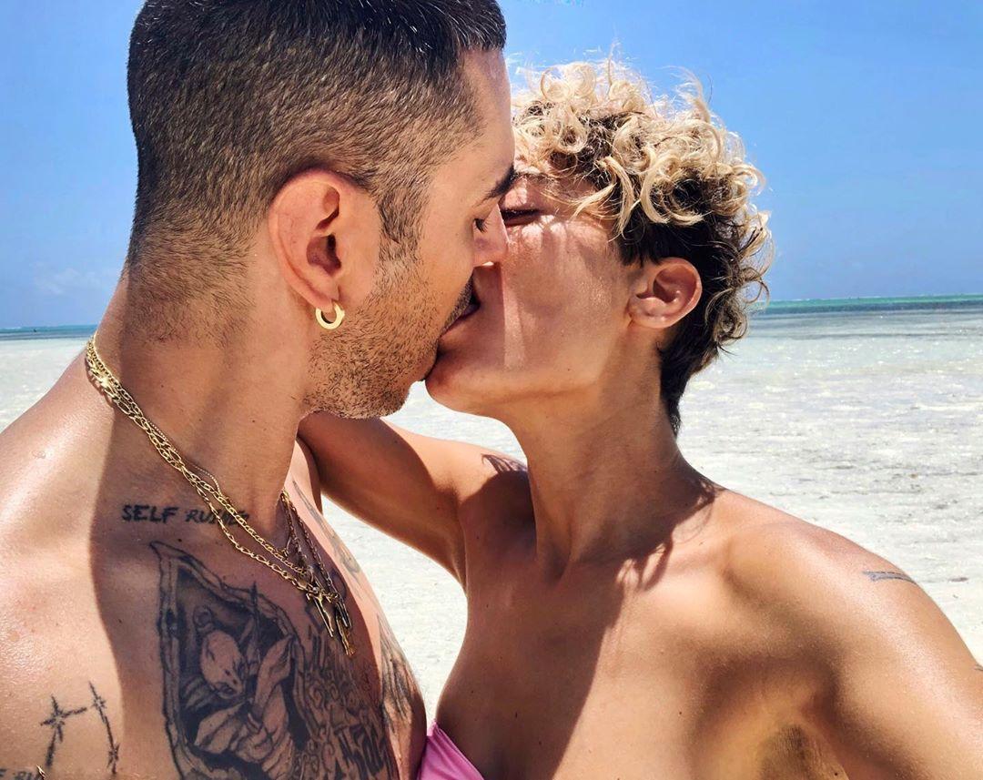 Elodie e Marracash fidanzati si baciano