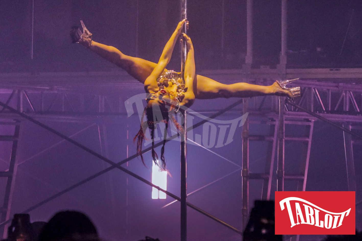 FKA Twigs mentre fa la Pole Dance