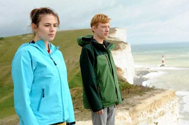 Domhnall Gleeson e Hayley Atwell in Torna da me