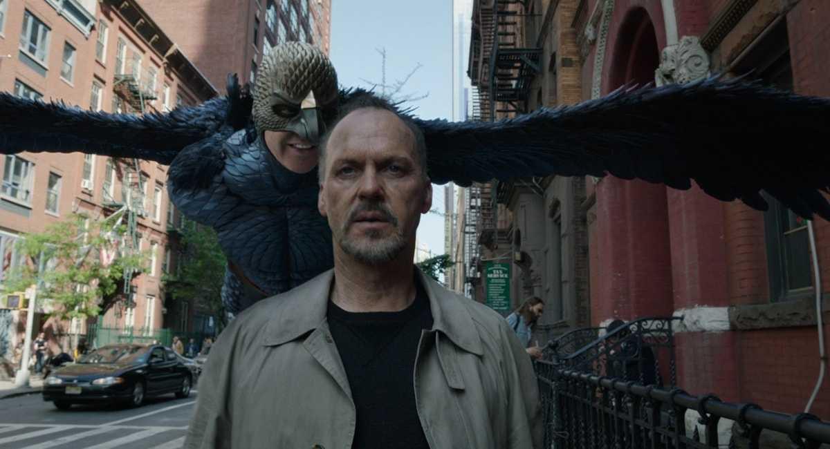 Michael Keaton e un uccello che lo insegue