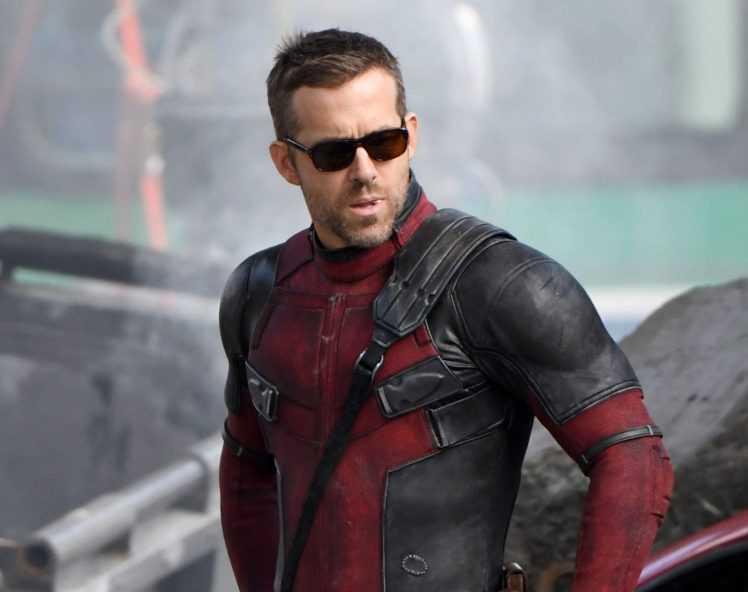 Scatto rubato di Ryan Reynolds nei panni di Deadpool