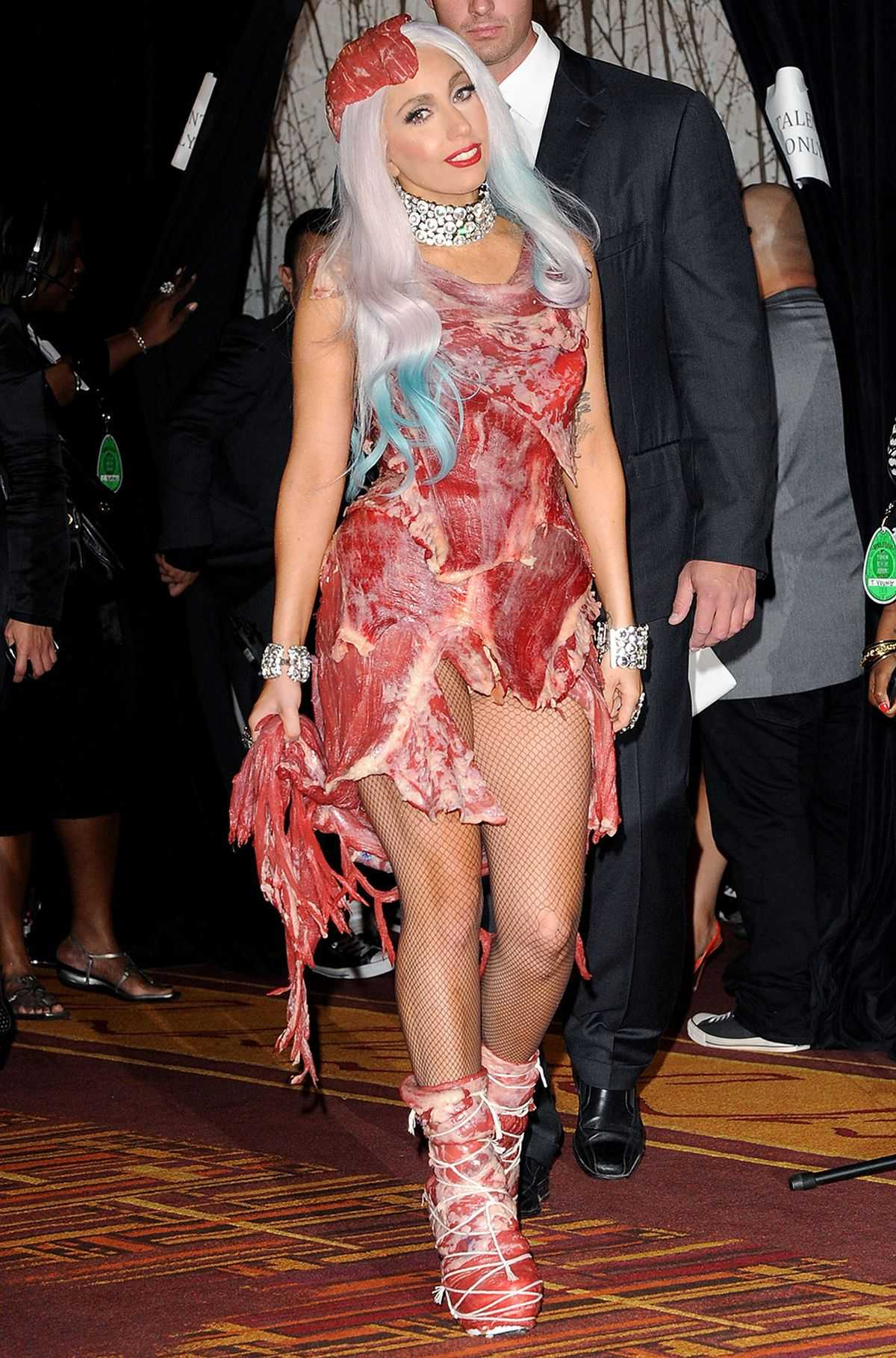 Lady Gaga vestita interamente in carne