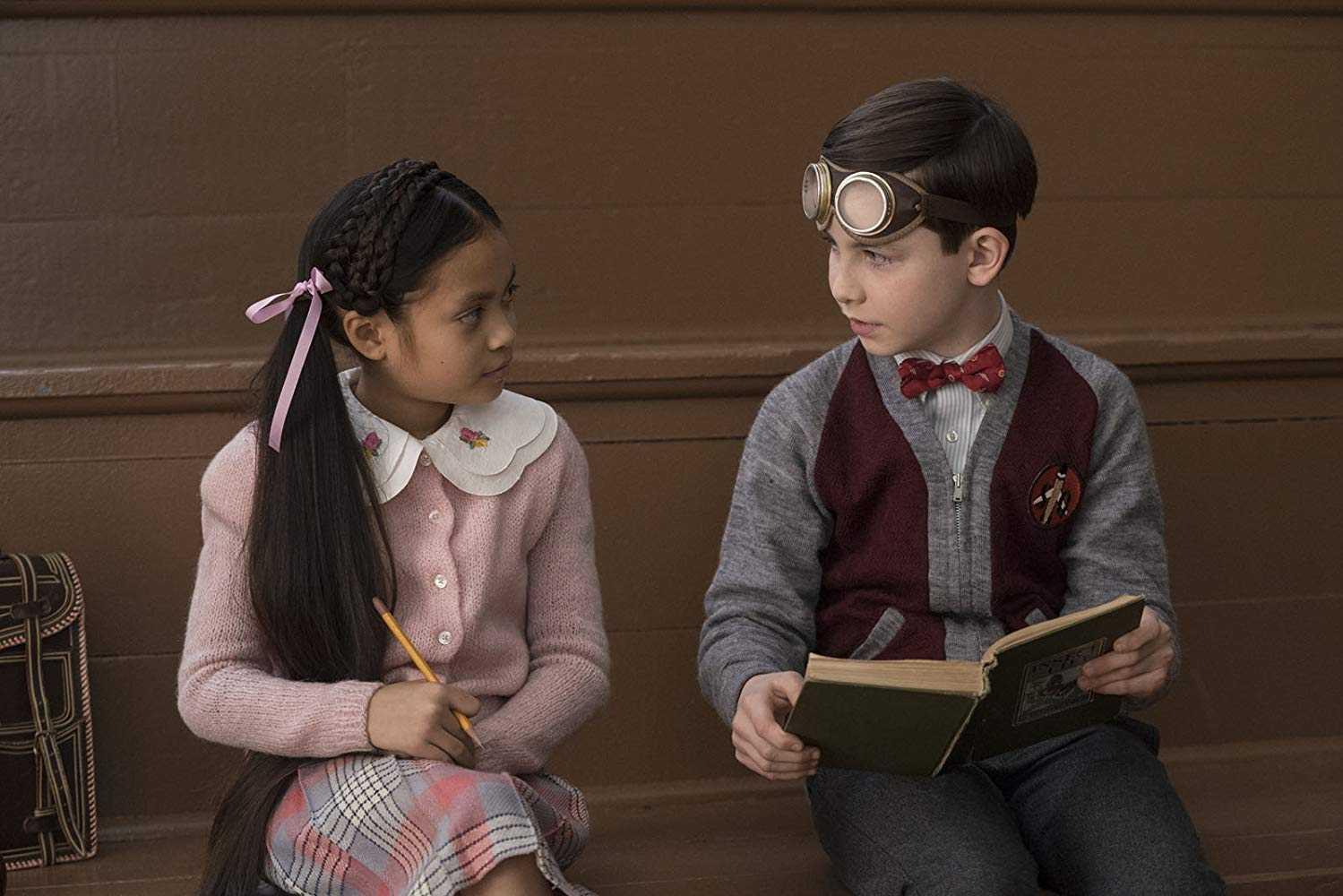 Il giovane Lewis ed una sua compagna di classe in una scena del film
