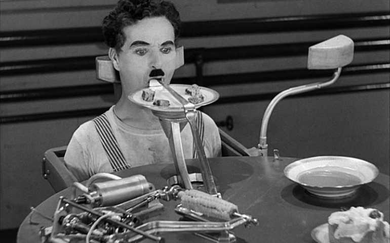 Charlie Chaplin in una scena di Tempi moderni
