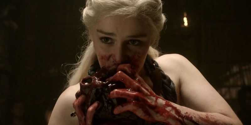 Daenerys Targaryen che fa uno spuntino per merenda